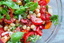 Salade pois chiches, tomates et basilic.