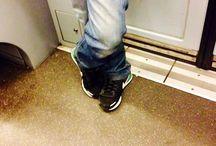 """A Milano, a piedi / Due bugie:  1) queste foto non sono state fatte a Milano ma in un """"non luogo"""", la sua metropolitana 2) non ho fatto queste foto """"a piedi"""" ma su un treno.   La foto mente."""