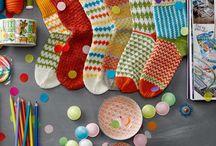 """#SOXXsüchtig / Bist du #SOXXsüchtig? Kerstin Balke, Bloggering und Autorin des TOPP Strickbuches """"SoxxBook"""" (vgl. https://www.topp-kreativ.de/soxxbook-by-stine-stitch-6495), weiß, was Füße wollen: Socken im Stil von """"Stine & Stitch"""". Sie hat 25 farbenfrohe und kuschlige Socken-Modelle zum Selberstricken für glückliche Füße entworfen. Los geht`s & ran an die Stricknadeln!"""