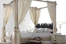 LETTI A BALDACCHINO / Idee per arredare e decorare la camera da letto con letti a baldacchino.