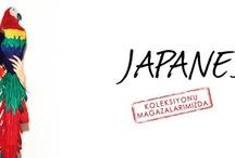 Japanese / Bu sezon temalarımızda yoğun olarak işlediğimiz doğu esintilerinin etkilerini Japanese teması ile hissetmeye devam ediyoruz. Japanese temasında yer verdiğimiz; kimono bluzlar, uzun etekler, bağlamalı dokuma ceketler, işlemeli elbiseler ve çiçek desenleri ile daha da pekişiyor.