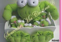 #SouvenirsMaCristina #Nacimiento / Souvenirs nacimientos ranitas presentados en caja decorada y cartel de bienvenida