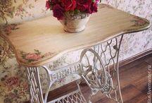 Mesa com pé de máquina antiga