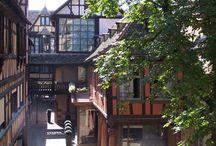 Hôtel La Cour du Corbeau, Strasbourg / L'hôtel de la Cour du Corbeau vous accueille dans un cadre magique au coeur de Strasbourg. La Cour du Corbeau, située en plein cœur de Strasbourg, à deux pas de la Cathédrale Notre-Dame, est aujourd'hui considérée comme l'un des plus beaux ensembles architecturaux de la renaissance.