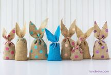 DIY Burlap Gift Bags / Now, how to make gift bags out of burlap? Don't wonder, because, there are several burlap gift bag patterns that are easy, quick and simple to make. Here are some DIY that will provide you step by step guide to make different easy styles of burlap gift bags.