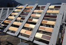 Sonnencreme fürs Holz / Die Intensität der Veränderung hängt unter anderem von der Sonneneinstrahlung und der Außentemperatur ab. Die Änderung des Farbtons wird durch die Beigabe eines photochromen Stoffes erreicht, der einem Grundlack beigemengt wird. Bei Rückgang der UV Strahlung erreicht die Beschichtung nach einer gewissen Zeit wieder ihren Ausgangsfarbton, der Prozess ist demnach reversibel. Durch diesen Vorgang wird die Holzoberfläche dauerhaft vor ultravioletter Strahlung und somit vor dem Vergrauen geschützt.