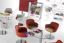 Eneka / Avec ses formes « Vintage » le bridge ENEKA est idéal pour créer les ambiances les plus sophistiquées et tendance. En siège visiteur, d'attente ou pour des espaces de réunion ENEKA trouve toujours sa place grâce à ses trois piètements chromés. Sa large double coque tapissée assure un confort maximum et permet de multiples combinaisons de couleurs.