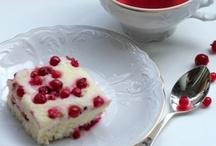 """baby recepies  / Для суфле понадобится:   Пароварка, миксер  творог - 250 г. сметана - 2 ст.л. крупа манная - 2 ст.л. сахар - 6 ст.л.(и 2-3 ст.л. для посыпки ягод) яйцо - 3 шт ягода (любая - мы пробовали смородину, малину и чернику- очень вкусно, так же хорошо получается с клубникой  и вишней)  Как готовить: Ставим пароварку греться и приступаем к приготовлению суфле. Моем (и размораживаем если надо) ягоды, обсушиваем их. Яйца разбиваем, отделяем белки от желтков. Желтки в мисочку, белки в емкость для миксера. Добавляем в обе емкости  по 3 ст.л. сахара. Включаем миксер и взбиваем белки до крепких пиков. Пока белки взбиваются, в мисочку с желтками добавляем творог, сметану и манку, хорошо перемешиваем, добавляем тужа уже взбитые белки, только аккуратно и быстро чтоб белки не осели.  Аккуратно выкладываем в емкость для риса половину полученной массы, на нее половину подготовленных ягод, присыпаем сахаром, если хочется чтоб было послаще. Выкладываем оставшуюся половину будущего суфле, разравниваем ложкой, произвольно выкладываем оставшиеся ягоды, посыпаем сахаром.  Накрываем крышкой и ставим таймер на 30 минут.  Через 30 минут суфле готово!  Приятного аппетита  Теперь несколько ньюансов: чем больше манки, тем плотнее суфле, так что можно экспериментировать с ее количеством чтобы получить подходящую вам """"нежность"""". В массу можно добавить ванилин- так даже интереснее сметану можно заменить густыми сливками вкус будет богаче, но пропадет еле уловимая кислинка, которая очень украшает вкус этого блюда. Ягоды и правда можно брать любые, главное чтобы они были нежные. Если же добавлять грушу или яблоко- их надо предварительно бланшировать или потомить на сковородке под крышкой до мягкости.   Самое главное- это суфле делается очень быстро- у меня на все операции уходит около 10 минут, не считая времени приготовления в пароварке."""