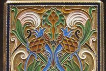 L'esmalt a l'orfebreria i joieria - L'esmalt translúcid de l'Art Nouveau i del Modernisme / Tornem a la joieria i també a l'orfebreria, perquè avui us vull parlar de l'esmalt, una tècnica que ha embellit durant molts segles a tota mena d'objectes de decoració i d'ornament personal.