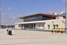 Aeropuerto de Burgos / El Aeropuerto de Burgos, situado a unos cuatro kilómetros al noreste de la capital, comenzó a operar tráfico comercial de aeronaves el 3 de julio de 2008. Las nuevas instalaciones permiten atender la demanda de tráfico aéreo, dentro de unos adecuados niveles de seguridad y calidad.