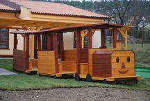 Mašinka s vagonky / Rozměry zařízení: 1 ks 2 x 1 m. Minimální bezpečnostní prostor: bez dopadové plochy. Umístění: dětské hřiště Zařízení je určeno pro děti od 3 do 8 let. Zařízení je certifikováno dle ČSN EN 1176-1 : 2000