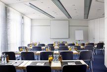 Tagungsräume / 18 Tagungsräume Ob ein Workshop, Meeting, Schulung oder Seminar - Bei uns stehen Ihnen zusätzlich zu den fünf Sälen weitere 18 Tagungsräume zur Verfügung.  Besonderheiten - alle Räume verfügen über Tageslicht bzw. sind verdunkelbar - voll klimatisiert - variable Trennwände