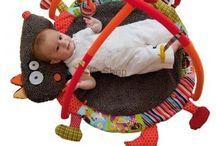 Maty edukacyjne / Mat / W nowoczesnym świecie zabawek hitem są maty edukacyjne dla niemowląt pozwalające w prosty sposób uczyć malucha rozpoznawania barw, zdolności motoryczne i manualne. Maty edukacyjne dla dzieci przyśpieszają naukę chodzenia. Można do nich przyczepiać dodatkowe elementy i rozszerzać funkcjonalności.