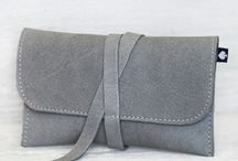 Tabaktaschen // / Unsere Echtleder Tabaktäschchen sind aus weichem Nubuk Leder gefertigt. Die Täschchen bietet dir, dank eingearbeiteter Innentaschen, genügend Stauraum für Tabak, Blättchen, Filter, Feuerzeug und co. Geschlossen wird es durch ein praktisches Lederband, so passt es sich immer optimal dem Tascheninhalt an.