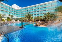 H10 Delfín, Salou / El H10 Delfín se encuentra en la zona más céntrica y comercial de Salou, a tan sólo 200 metros de la Playa de Levante y cercano a PortAventura. El hotel dispone, entre otros servicios, de habitaciones totalmente renovadas, nuevas áreas de hall y Lobby Bar, piscinas con jacuzzi y restaurante con cocina en vivo. www.hotelh10delfinpark.com / by H10 Hotels