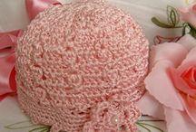 Cappellino per neonata aseguito mano