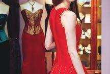 Kleidungstücke von anderen Designern und Marken / Im umfassenden Boutique-Assortiment bieten wir Ihnen als wunderschöne Ergänzung ausgesuchte, feine und ausgefallenen Mode-, Haar- & Kopfschmuck und Kleidungstücke von anderen Designern und Marken.