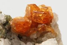 Humite 09.AF.50 / SILICATES (Germanates) | Structures de Nésosilicates (tétraèdre d'isolement) | Nésosubsilicates avec anions non familiers ► (Mg,Fe)7(SiO4)3(F,OH)2