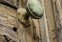 Staré dveře, kliky, zámky