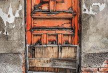 Dører og vinduer rust og gamle materialer