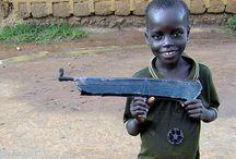"""Vagabondi notturni / Ogni sera, al crepuscolo, una marea di bambini provenienti dalle campagne invade le strade di Gulu, in Uganda, nel territorio insanguinato degli Acholi. I """"viaggiatori notturni"""" sono stormi di piccoli in cerca di un rifugio sicuro per la notte, mandati dai genitori nella città presidiata dall'esercito governativo per sottrarli alle scorribande di altri piccoli disperati."""