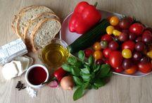 Gazpacho og bruschetta med gedeost / Gazpacho er en skøn kold suppe, som smager af sol og sommer. Netop nu bugner det af agurker, tomater og chili i vores udestue, tomaterne er søde og smager af noget, så suppen er oplagt at lave. Gazpacho stammer oprindeligt fra Andalusien og  er meget kendt i Spanien og Portugal, hvor den hedder gaspacho.