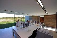 Oficinas / Interior de espacios de trabajo de carácter singular, con buena iluminación, decoración, y mobiliario.