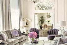 *Glamour styl* / Glamour znamená půvabný nebo okouzlující, je to název přenesený z oblasti módy a fotografie. Interiéry se projevují jistou okázalostí a luxusem. Vždy je to hra s tvary, lesky a barvami. Využívají se bohatě zdobené repliky historických lustrů nebo nábytek imitující období baroka a rokoka – různé lenošky nebo křesílka. Tapety s velkými vzory, zrcadla, lesklé zlaté nebo stříbrné rámy, výrazné odstíny fialové.