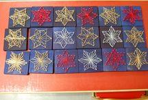 Kolmannen luokan tekniset työt / Huojuva torni- peli. Ensimmäinen työ 3. Luokkalaisilla. 20 cm pitkä pyöreä n. 30-40 mm palikka sahattiin 10 osaan. Sen jälkeen hionta, petsaus ja lakkaus. Sitten pelaamaan 2-4 oppilaan ryhmissä.