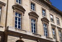 Monnaie de Paris / Návštěva pařížské mincovny, která byla založena v roce 864 králem Karlem II. Holým a je jednou z nejstarších francouzských institucí. V roce 1796 byla připojena k ministerstvu financí, pod které spadala až do roku 2007, kdy získala svou právní subjektivitu. Pařížská mincovna má dvě pobočky: Hôtel de la Monnaie v Paříži a továrnu na výrobu oběžných a sbírkových mincí ve městě Pessac v departamentu Gironde (ta byla zřízena v roce 1973).