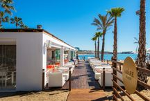 Amàre Beach / The sun and relaxation unite on the sun deck, where you can sample our selection of delicious food and drinks. Our professional DJ is on hand to create a calm and joyful atmosphere.