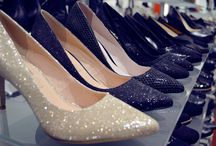 Glitzer & Glanz: Schuhtrends Herbst/Winter 2015/2016 / Der Herbst wird glänzend! Im Schuhregal jedenfalls könnt ihr mit Glitzer für etwas Glamour sorgen. Schaut mal, was aktuell bei uns in den Schuhläden im Allee-Center angeboten wird, dort gibts es spiegelnde Pömps in Metallic-Tönen wie Gold und Silber und funkelnde Glitzer-Treter. Diese Statement-Schuhe passen super zu einem schlichten Outfit mit Jeans und weißem T-Shirt, sehen aber auch zum edlen Kleid toll aus.