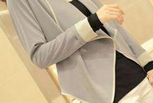 CARDIGAN CLASSIC / Tecido: seda Cor: cinzenta Decote V Estilo casual Comprimento Assimétrico Manga comprida Cintura Ajustável Casaco aberto    MEDIDAS: Busto: 96 cm Ombro: 36 cm  Manga: 56 cm  Comprimento: 44cm