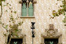 Houses and Buildings with beautiful decoration / Huizen met een mooie buitenkant.