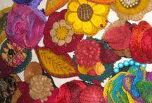 Broches fieltro hechos a mano / realizados a mano en fieltro, Aplicaciones de hilos metalizados, sedas , algodones, charms metálicos,perlas mateadas , nacaradas, , tachas , strass abalorios cristal y otros.