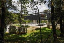 Modernes Berghaus, das mit der Landschaft mischt