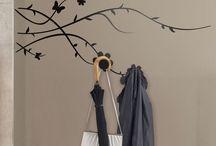 Perchero con vinilo decorativo / Diferentes percheros de pared hechos con vinilo decorativo y colgadores o perchas atornillados o pegados.