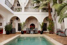 Le grand Patio du Riad Anyssates / Grand patio autour de la piscine pour profiter du soleil ou prendre un repas