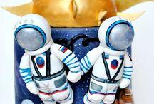 Tort z rakietą i kosmonautami