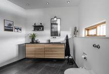 Bad | M-line / Et bad, hvor lågen består af lameller i massiv træ. M-line er en klassiker, der altid er aktuel.  Denne bad-låge giver selv mindre badeværelser masser af personlighed, og du kan vælge mellem både lyse og mørke træsorter.