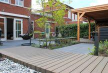 Loungetuin / Deze lounge achtertuin heeft het allemaal, grote terrassen, zit-elementen, een overkapping en mooie materialen zoals keramische tegels en composiet vlonderdekken