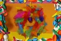 Ballonnenbal en verenkrans knutselen / Houd jij ook van alle kleuren van de regenboog? En wil je tijdens de feestdagen een vrolijk gekleurd huis? Dan is deze aflevering van KnutselTV een echte aanrader. Op youtube.com/knutseltv zie je hoe je het maakt.