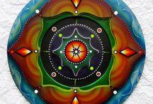 Mandalas tallados y decorados con mostacilla