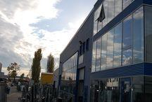 FABRICA LIPOPLAST / Activitatea de productie este structurata pe 4 hale: una pentru productia de rame din PVC, una pentru fabricarea geamului termopan, una pentru securizarea sticlei si una pentru infolierea profilelor de PVC.