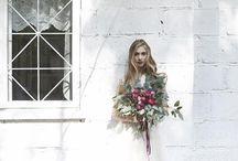 Róże&jeżyny - inspiracje na ślub i wesele / Róże angielskie i jeżyny zainspirowały kolorystykę sesji głębokimi odcieniami które połączyliśmy z kolorem marsala – jednym z najmodniejszych kolorów.  Sesja opowiada nam o trendach na ślub i wesele które oglądać będziemy mogli w sezonie 2016. Połączenie intensywnych barw, długie i cienkie świece (tak – one wracają), złote dodatki i sztućce, żyrandole, kolorowe tkaniny i długie wstążki zdobiące bukiet ślubny. Wszystko to spięte klamrą indywidualnie projektowanej papeterii ślubnej.