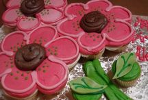 Food: Decorated Desserts / How to decorate and serve cupcakes, cookies, and other desserts.