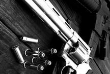 Revólveres, metralhadoras e escopetas.