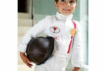 Baghera Accessoires / Combinaison de pilote, klaxon, set de course, drapeau à damiers… Avec les accessoires Baghera, votre petit pilote sera parfaitement équipé pour des virées endiablées dans la maison ou le jardin !