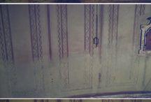 Restauro Graffiti / Polignum si occupa di realizzazioni e restauri di decorazioni pittoriche come graffiti, finto marmo, finto legno e trompe l'oeil, sia su pareti che su legno. Queste decorazioni sono una caratteristica di molti palazzi d'epoca fino agli anni '50, periodi in cui si cercava di creare degli effetti di ricchezza utilizzando l'illusione pittorica.