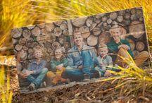 Foto op steigerhout / Het authentieke steigerhout komt direct van de bouw. Hard zwoegende metselaars en kruiwagens hebben op het hout gestaan, hierdoor heeft het hout een sfeervolle robuuste look gekregen.   Nadat het steigerhout van een bouwproject afkomt wordt het twee weken gedroogd. De planken worden geschuurd zodat specie over het hout verdeeld wordt. Vervolgens worden de planken doormidden gezaagd zodat er twee planken van 9 cm breed overblijven. Kromtrekken van de plank (30mm) wordt hierdoor gehalveerd!